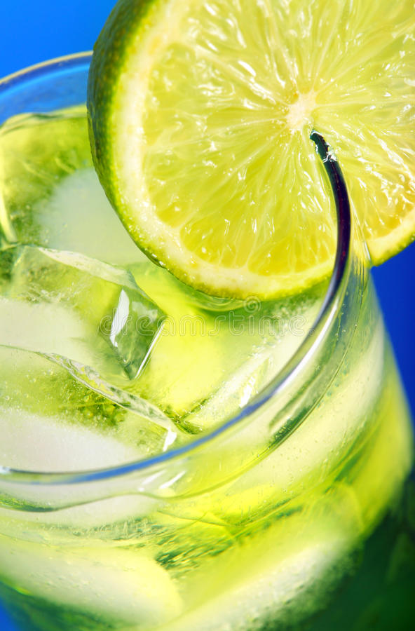 Cóctel verde con el limón foto de archivo