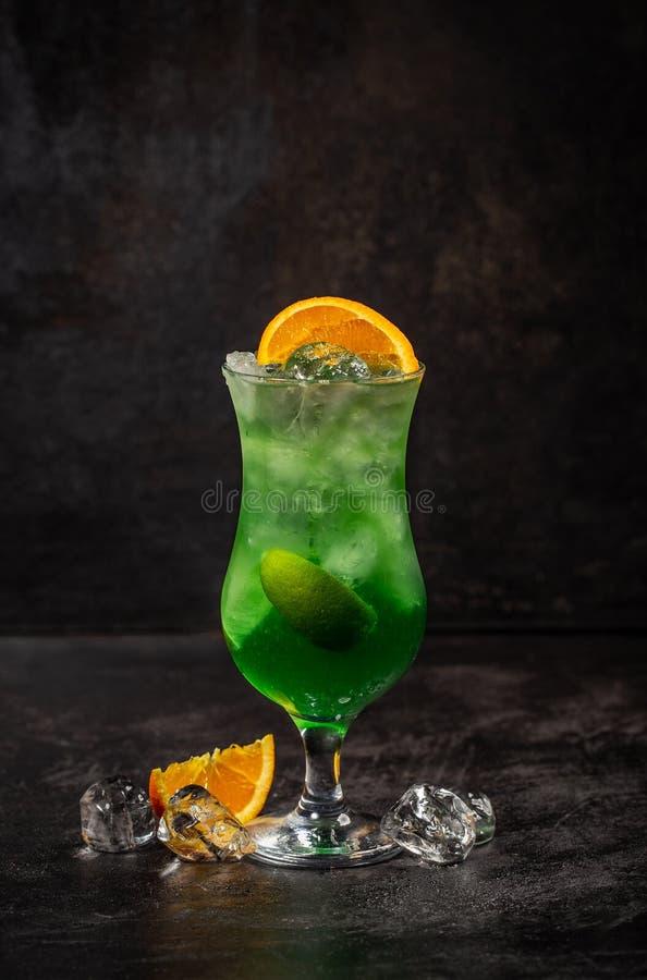 Cóctel verde del alcohol de la fruta de la manzana imagenes de archivo