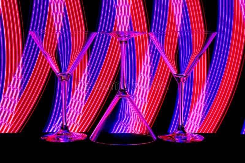 Cóctel/vidrios de martini con la luz de neón detrás imágenes de archivo libres de regalías