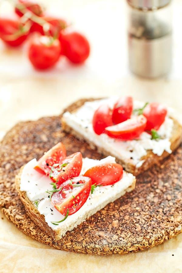 Cóctel y albahaca de los tomates en el top imágenes de archivo libres de regalías