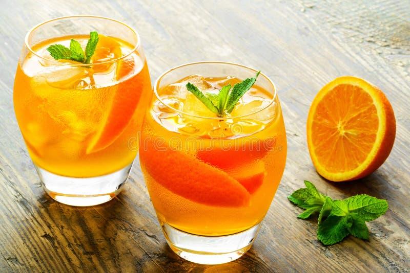 Cóctel Zumo de naranja con la menta y el hielo rústicos foto de archivo libre de regalías