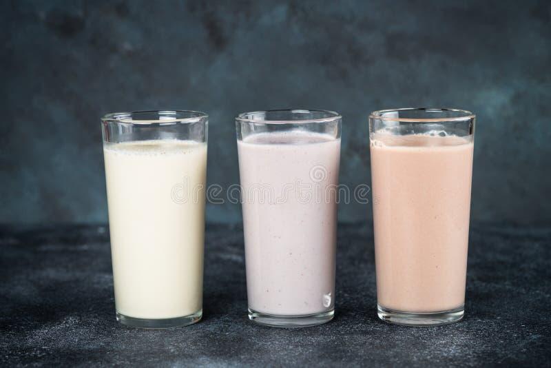 Cócteles de la proteína en los vidrios, nutrición del deporte imágenes de archivo libres de regalías