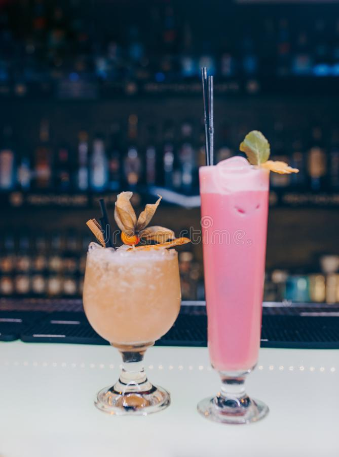 Cócteles jugosos del arte de la pierna de cristal famosa dulce con la bebida inspirada autor decorativo del cóctel de la vainilla fotos de archivo