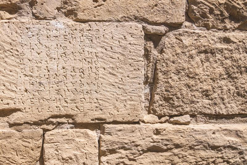 Código da lei do grego clássico na parede de pedra em Gortyn foto de stock