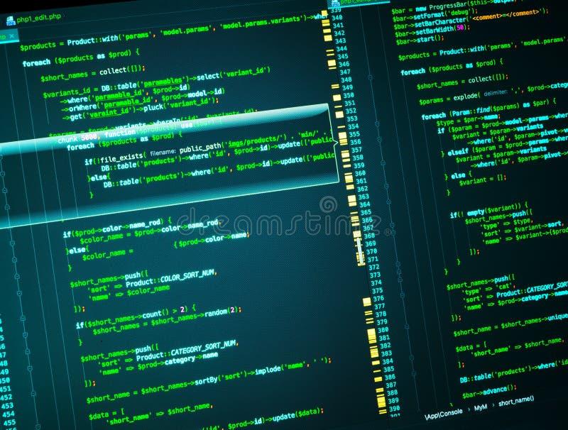 Código de aplicación web verde en el fondo azul marino, macro imagen de archivo