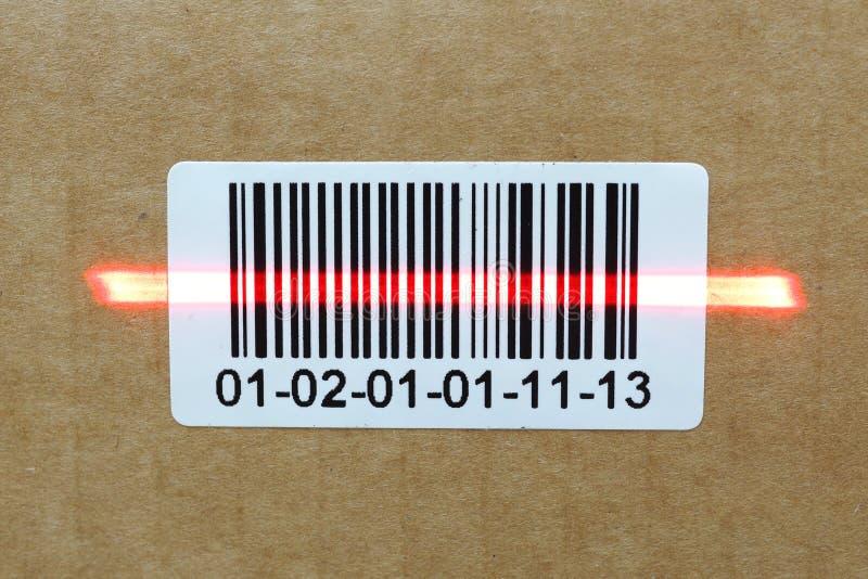 Código de barras con el laser en la caja del cartón fotos de archivo