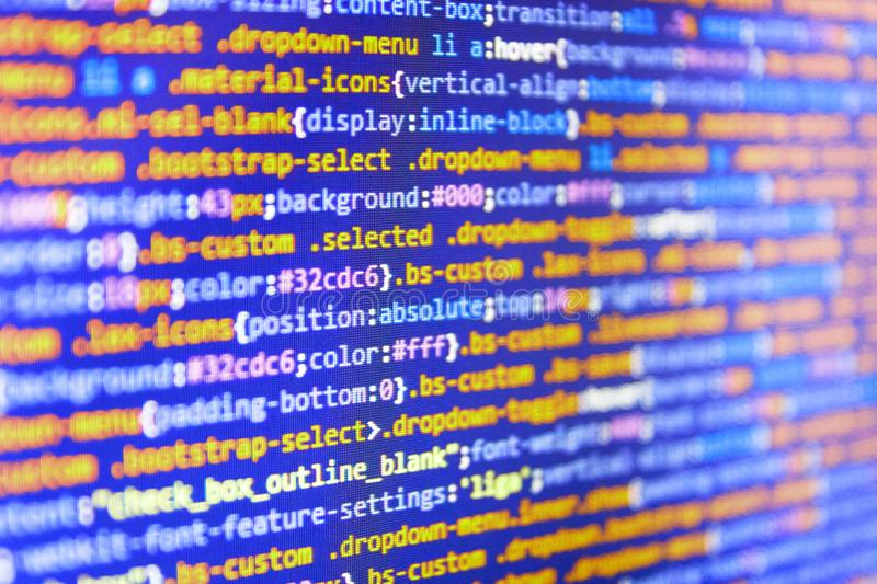 Códigos del sitio web en el monitor de computadora Concepto del pirata informático de la codificación Trabajo que mecanografía de fotos de archivo