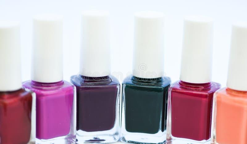 Cómo combinar colores Salón de la manicura Tecnología moderna polaca del gel Tendencia de la moda Botellas coloridas del maquilla fotos de archivo libres de regalías