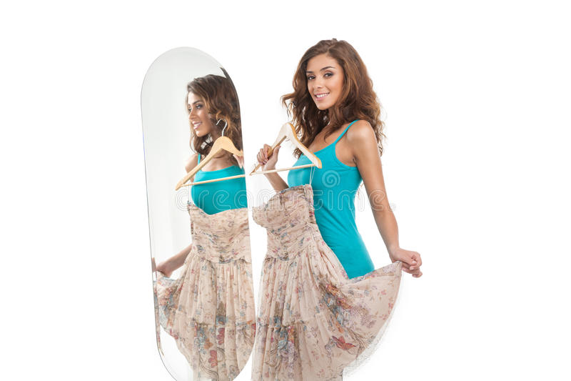 ¿Cómo estoy mirando? Mujeres jovenes hermosas que sostienen un vestido mientras que st fotos de archivo