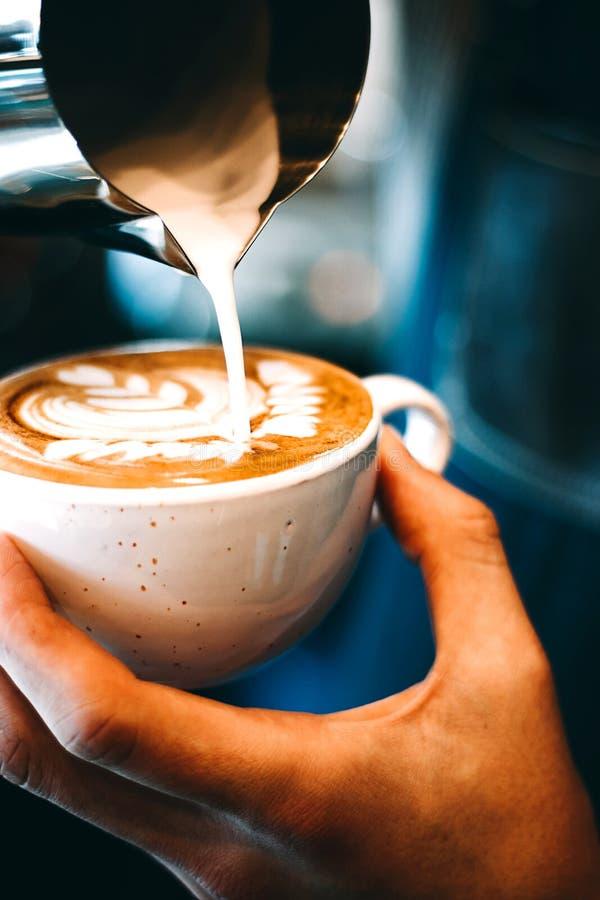 Cómo hacer arte del latte del café imagen de archivo libre de regalías