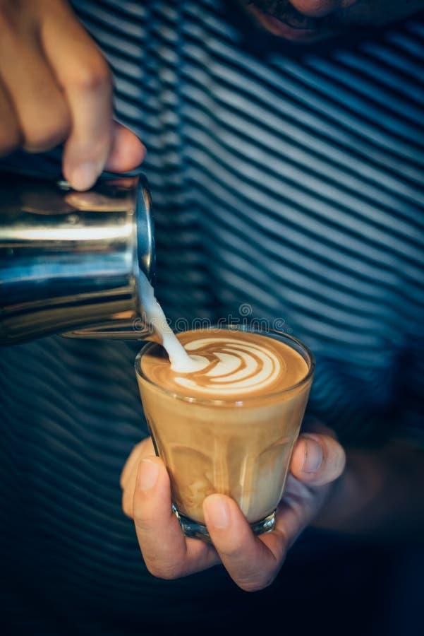 Cómo hacer arte del latte del café por barista en tono del color del vintage foto de archivo