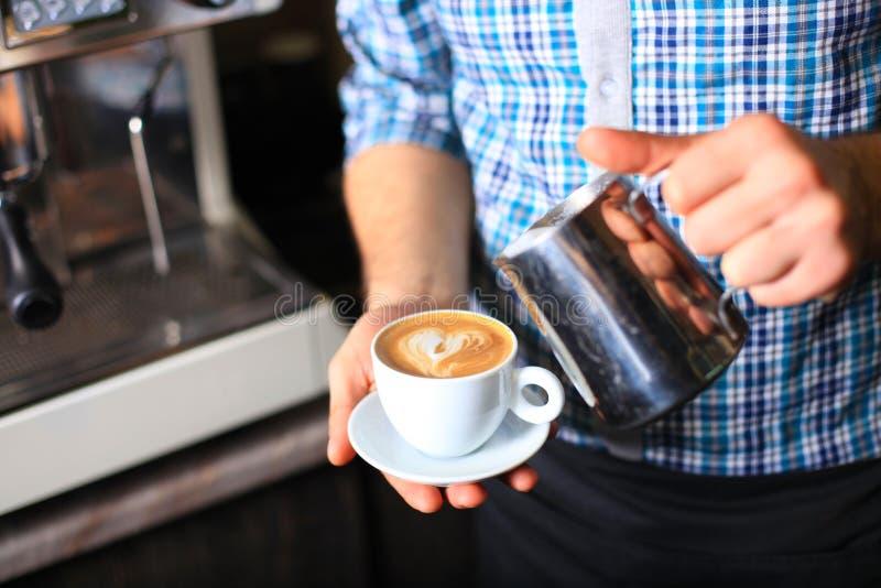 Cómo hacer arte del latte por barista fotos de archivo libres de regalías