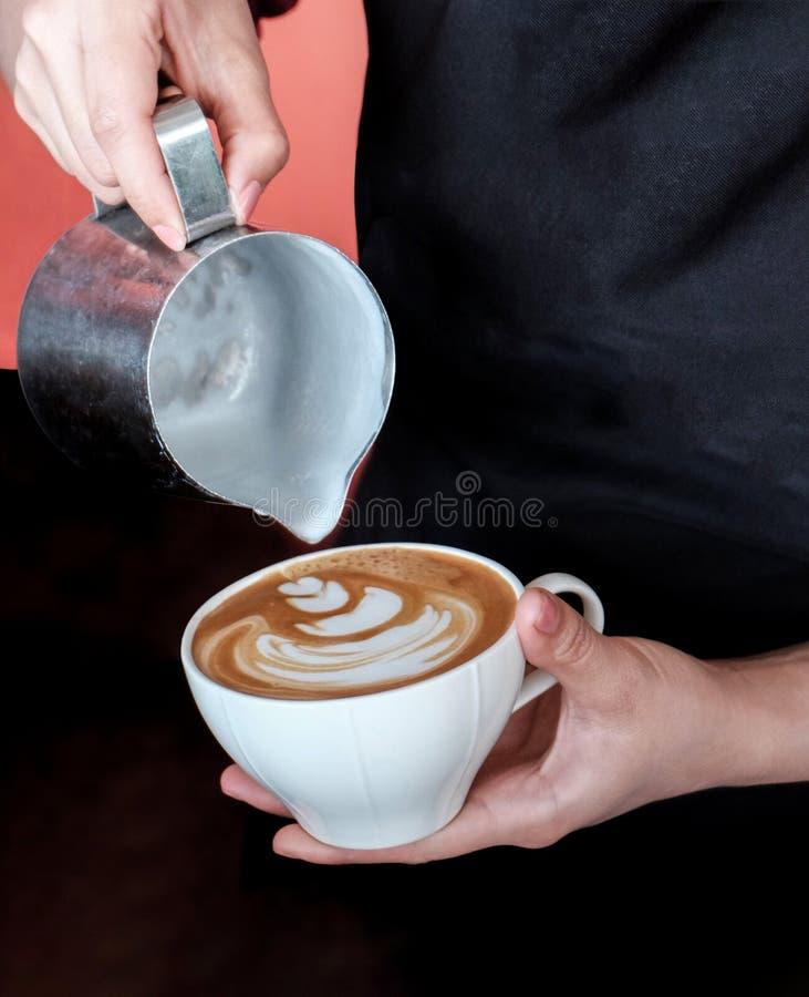 Cómo hacer arte del latte por barista imágenes de archivo libres de regalías