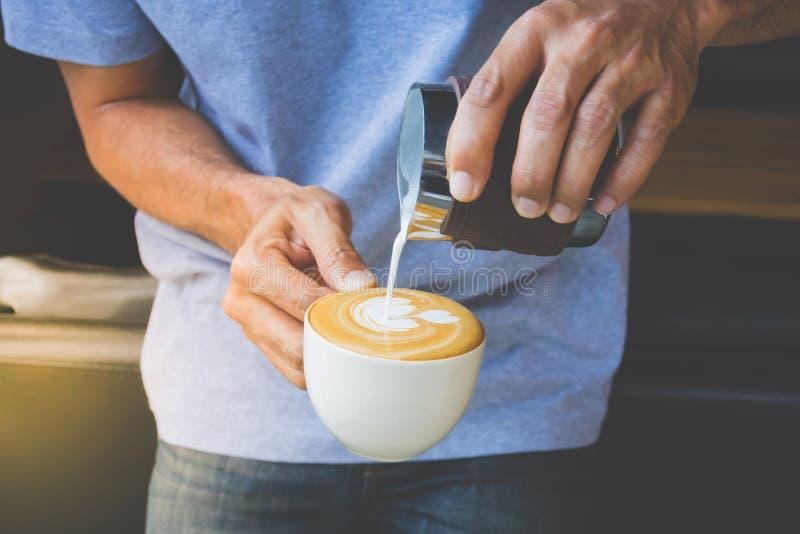 Cómo hacer el café del arte del latte imagen de archivo libre de regalías