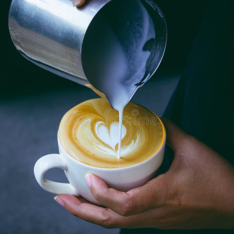 Cómo hacer el café del arte del latte de la hembra de Barista imagenes de archivo