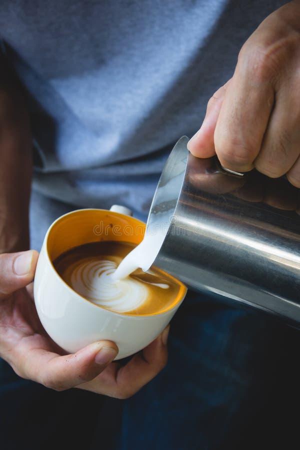 Cómo hacer el café del arte del latte por barista imágenes de archivo libres de regalías