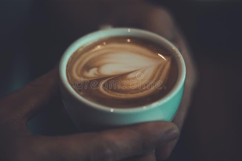 cómo hacer el corazón del café del arte del latte, color del vintage foto de archivo libre de regalías