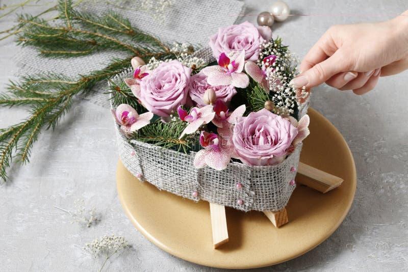 Cómo hacer la decoración de la tabla de la Navidad en forma del corazón foto de archivo libre de regalías