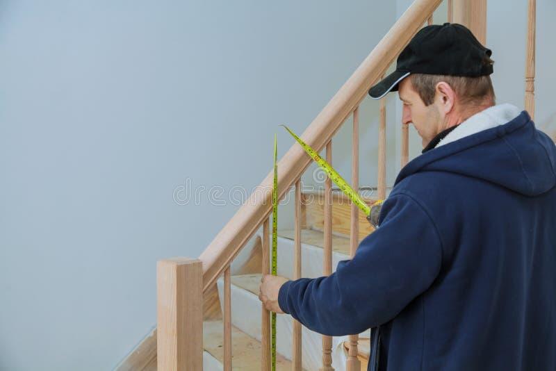 Cómo instalar una escalera que cerca a Kit Installation con barandilla para la verja de madera para las escaleras foto de archivo