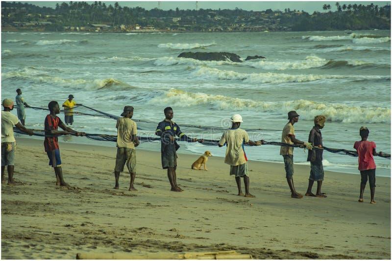 Cómo las familias colaboran con la pesca en Axim Ghana fotos de archivo libres de regalías