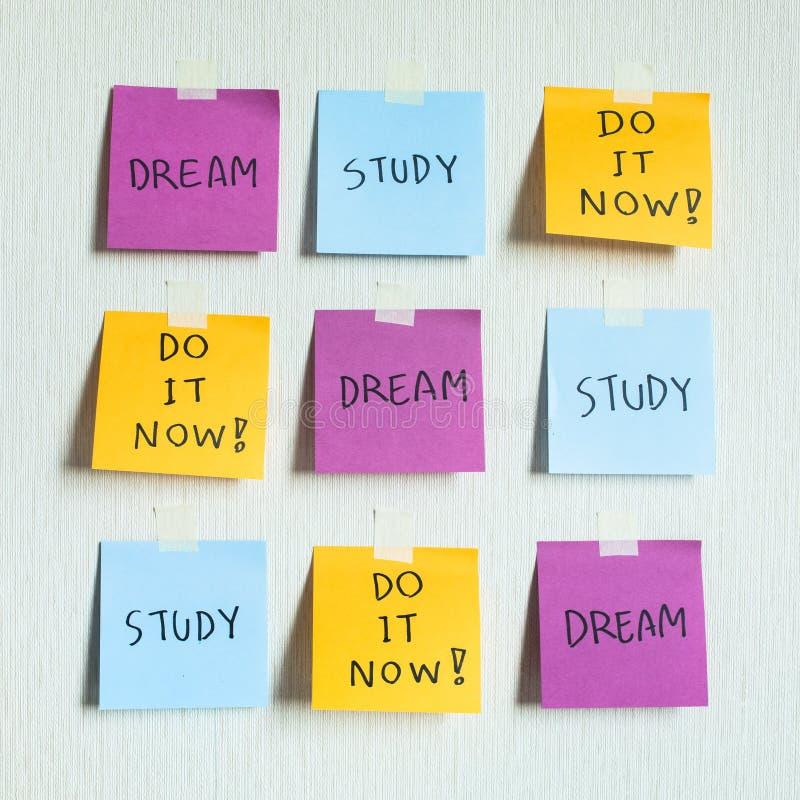 Cómo a los conceptos del éxito con la actitud de la vida Motivación del negocio con, estudio, sueño, ahora manda un SMS en el pap imagen de archivo