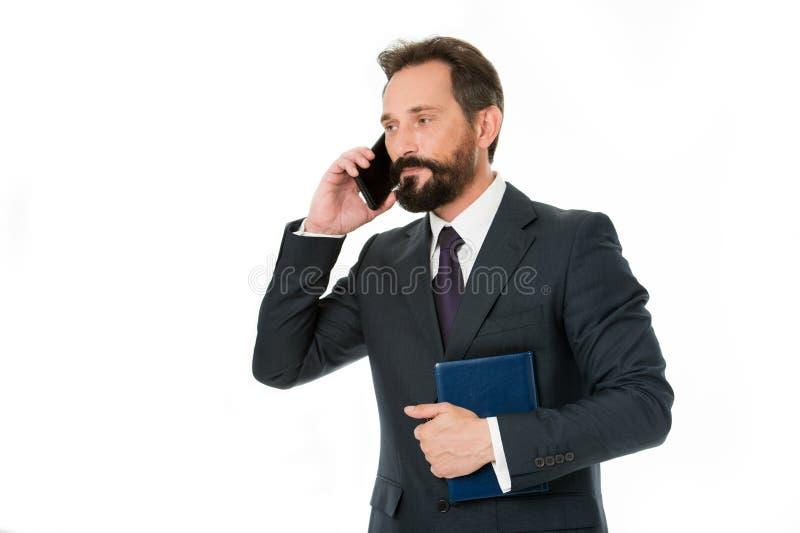 Cómo puedo ayúdele Hombre de negocios que llama la libreta del control del cliente Cara sonriente de la conversación telefónica b fotos de archivo