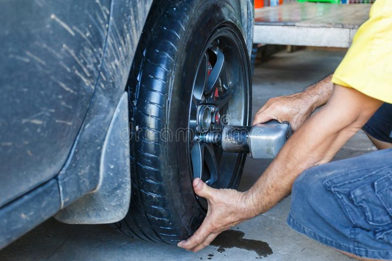 Cómo quitar el neumático de la aleación del coche rueda fotografía de archivo