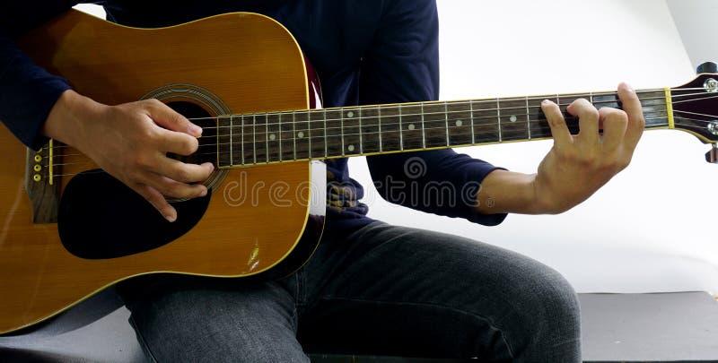 Cómo tocar una guitarra fotos de archivo