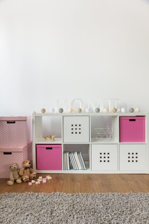 Cómoda con las cajas color de rosa fotografía de archivo libre de regalías