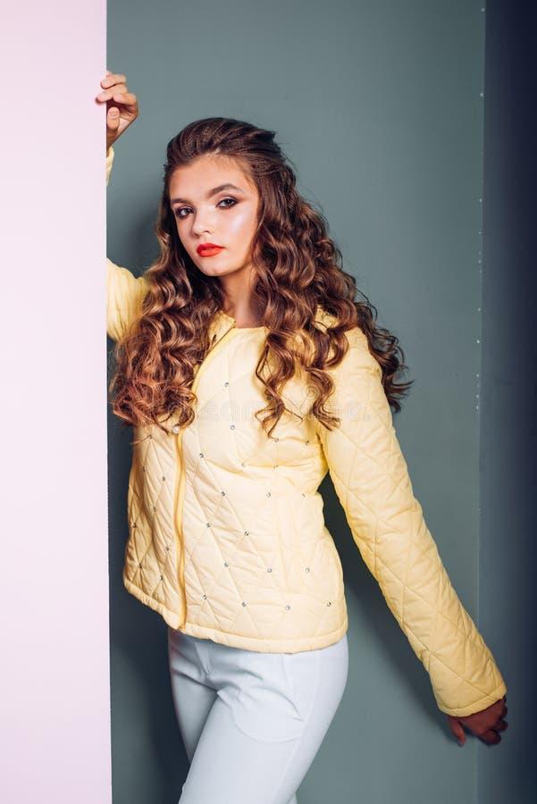Cómodo con todo increíblemente elegante Muchacha bonita Mirada de moda del modelo de la voga Mirada de la mujer joven de moda Muc imagen de archivo libre de regalías