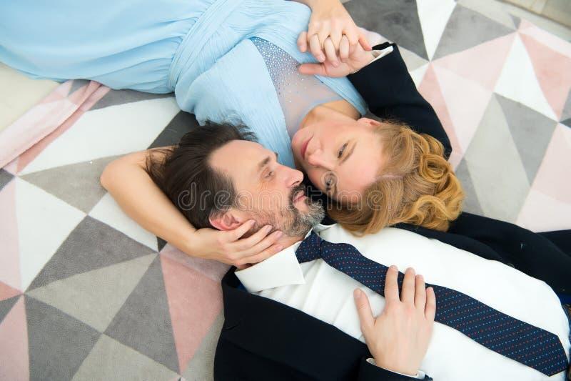 Cónyuges agradables que miran uno a mientras que expresa sensaciones del amor fotografía de archivo libre de regalías