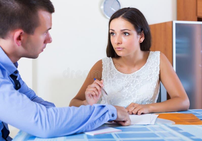 Cónyuges irritados que tienen conversación seria imagen de archivo