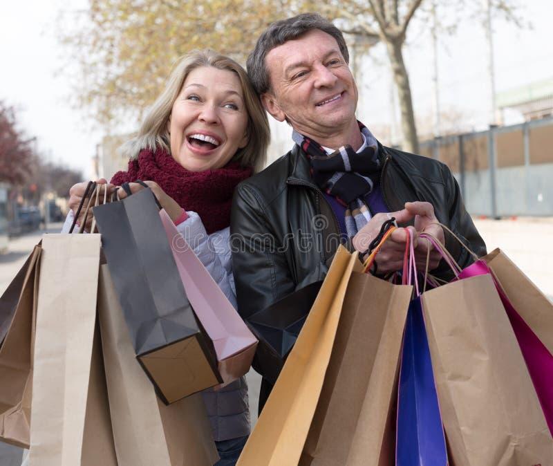 Cónyuges mayores sonrientes del marido y de la esposa con los panieres fotos de archivo libres de regalías
