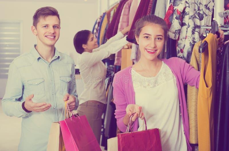 Cónyuges que llevan bolsos en boutique fotos de archivo libres de regalías