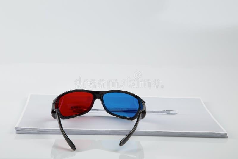 cópia 3D: vidros 3D e chave azuis vermelhos pretos. foto de stock