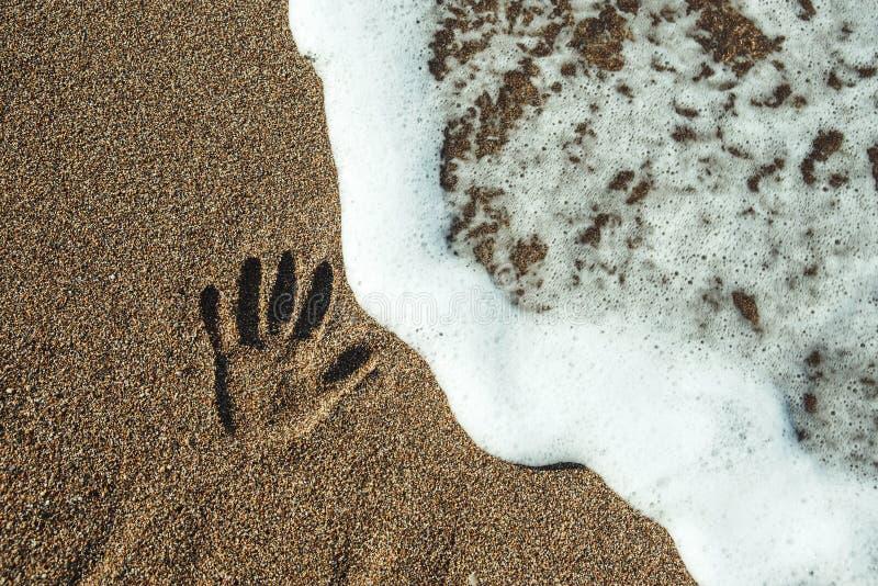 Cópia da mão na areia imagem de stock