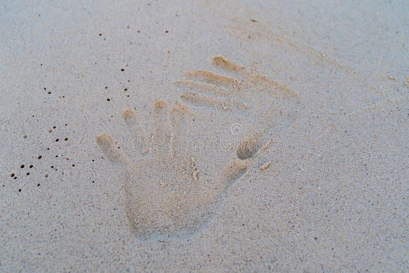Cópia da mão na areia branca foto de stock royalty free