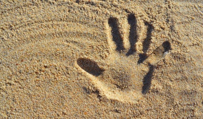 Cópia da mão na areia da praia fotos de stock royalty free