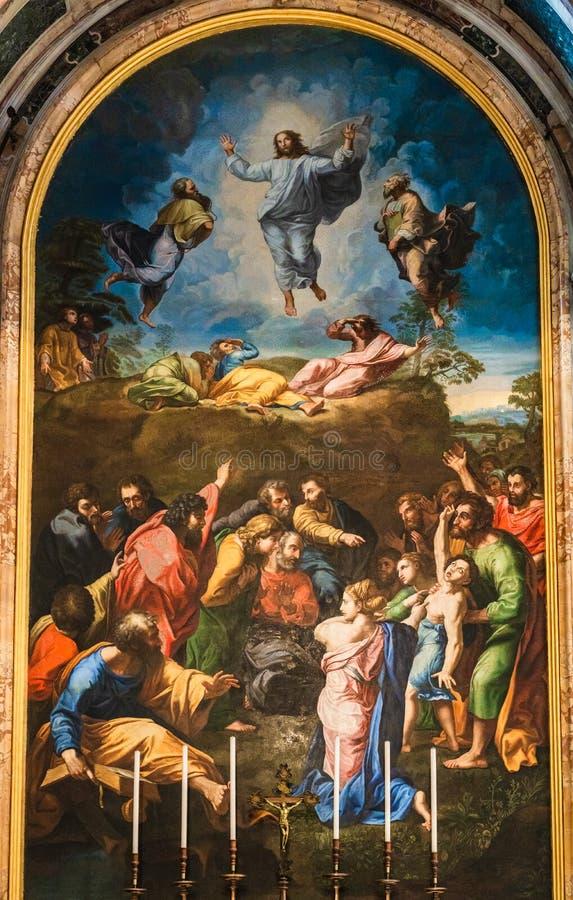 Cópia do altar da pintura da transfiguração por Raphael Sanzio 1520 dentro da basílica de St Peter no Vaticano imagens de stock