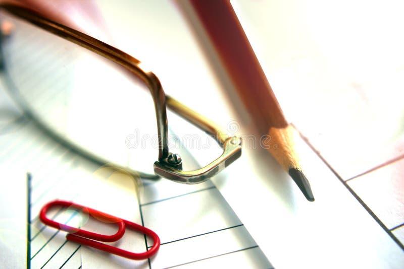 Cópia feito a mão, grampo vermelho, lápis, vidros no preto Iluminado brilhantemente destacando, trabalhando em um documento fotografia de stock