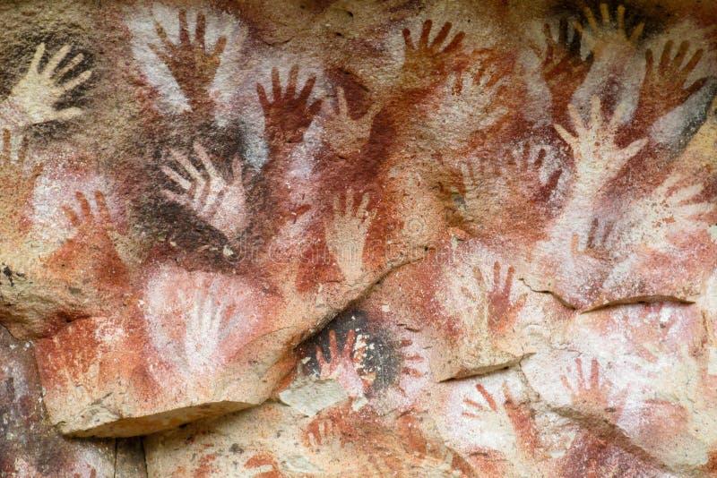 Cópias da mão em uma parede da caverna imagens de stock royalty free