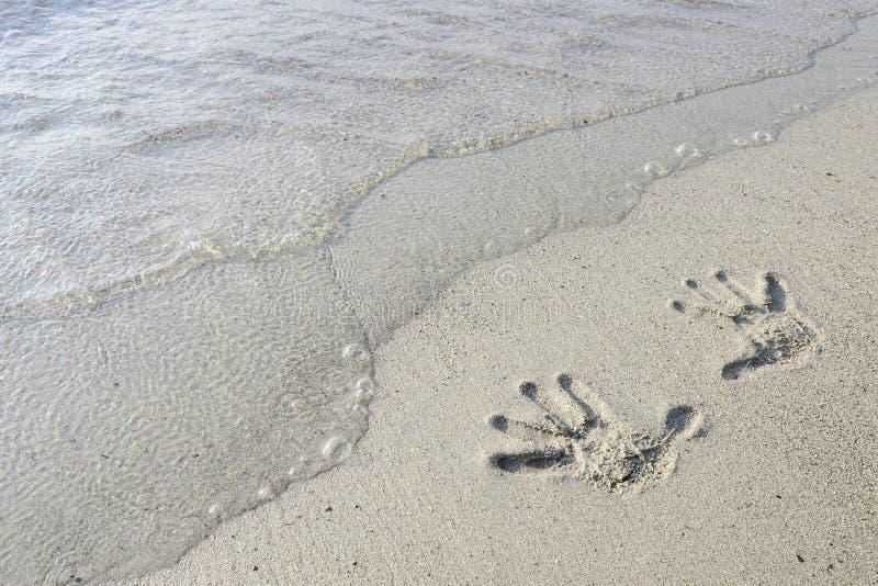 Cópias da mão na areia imagem de stock royalty free