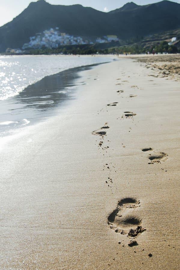 Cópias do pé na areia foto de stock royalty free