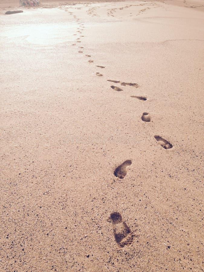 Cópias do pé na areia fotografia de stock royalty free