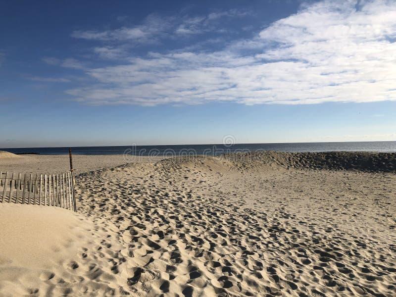 Cópias do pé na areia da praia do oceano imagem de stock royalty free