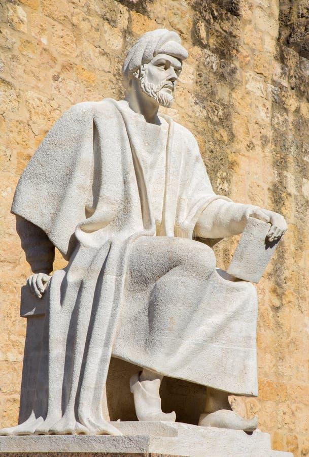 CÓRDOBA, ESPAÑA - 25 DE MAYO DE 2015: La estatua del filósofo árabe medieval Averroes de Pablo Yusti Conejo 1967 y el wa medieval imagenes de archivo