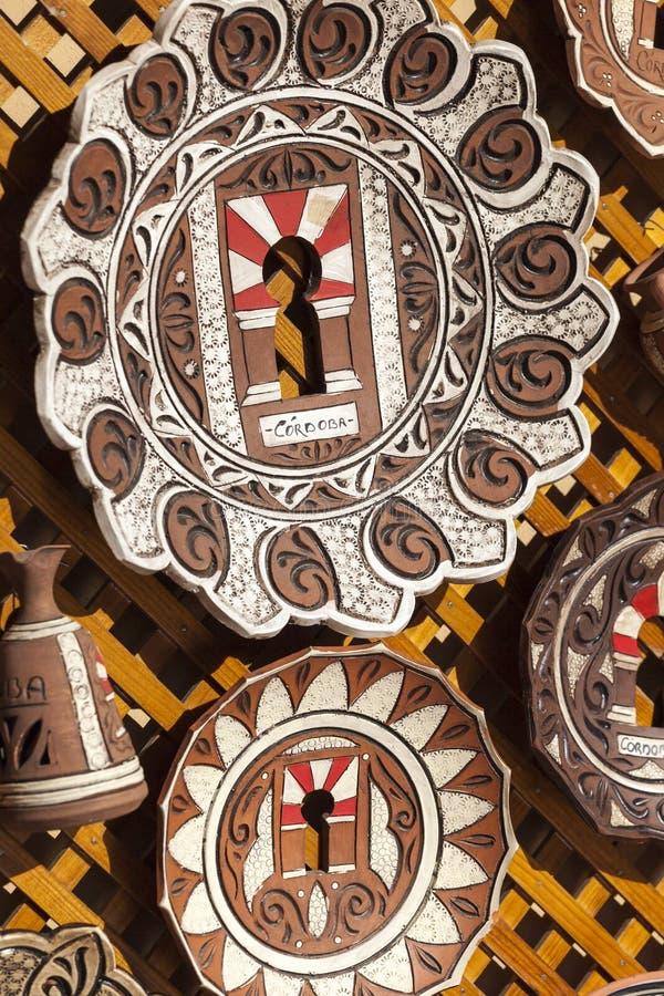 CÓRDOVA - ESPANHA - 10 DE JUNHO DE 2016: Placas espanholas cerâmicas coloridas foto de stock