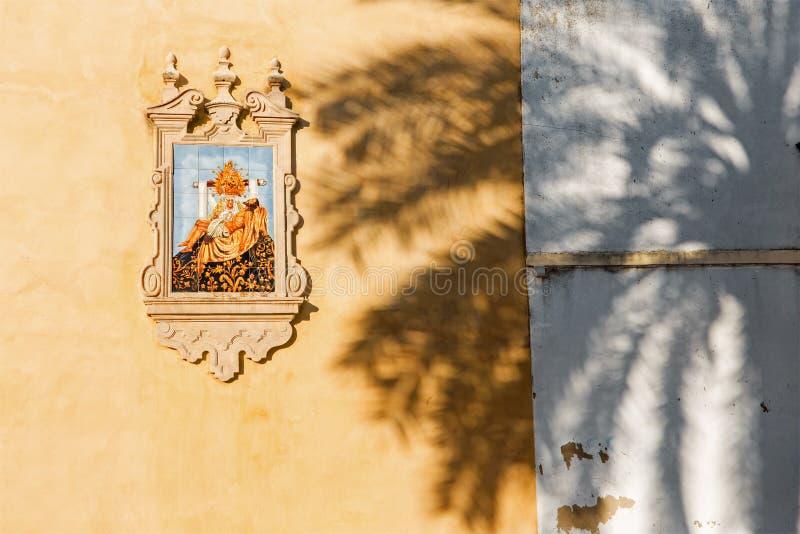 Córdova - o Pieta telhado cerâmico na fachada da igreja Iglesia de San Agostinho foto de stock