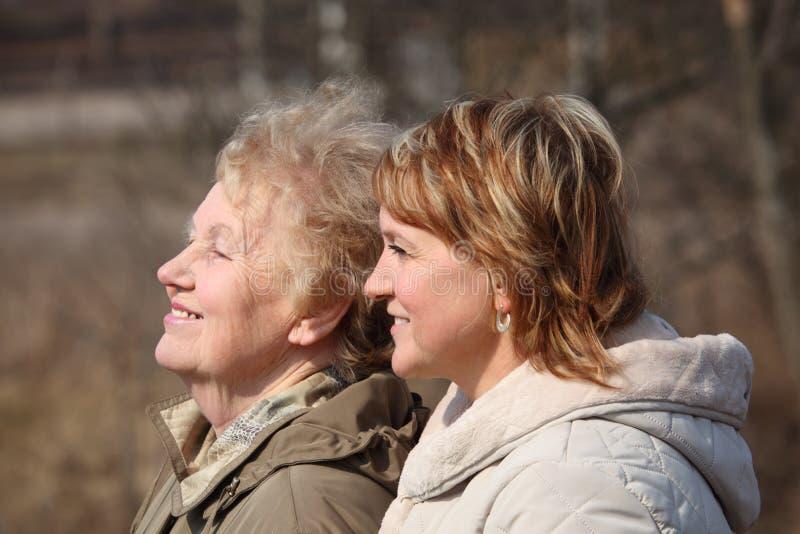 córek starsze osoby jej profilowa uśmiechnięta kobieta obrazy royalty free
