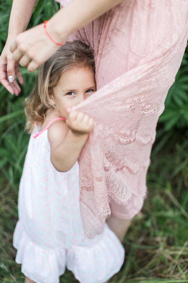 Córek uściśnięć matka, rodzinny photosession w kwiatach obrazy royalty free